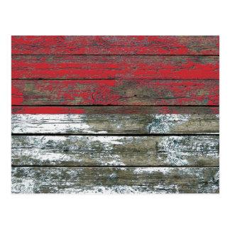 La bandera indonesia en la madera áspera sube a tarjetas postales