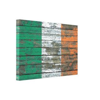 La bandera irlandesa en la madera áspera sube a impresiones en lona estiradas