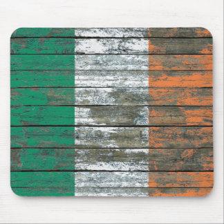 La bandera irlandesa en la madera áspera sube a mouse pads