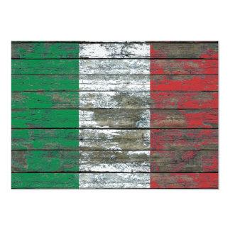 """La bandera italiana en la madera áspera sube a invitación 5"""" x 7"""""""