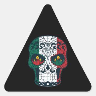 La bandera mexicana colorea el día del cráneo pegatina triangular