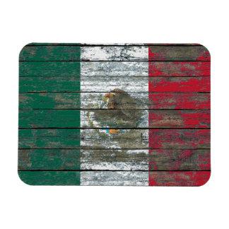 La bandera mexicana en la madera áspera sube a iman rectangular