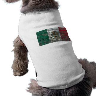 La bandera mexicana en la madera áspera sube a camisas de mascota