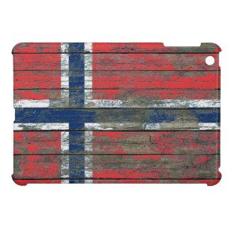 La bandera noruega en la madera áspera sube a