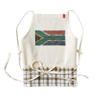 La bandera surafricana en la madera áspera sube a delantal zazzle HEART