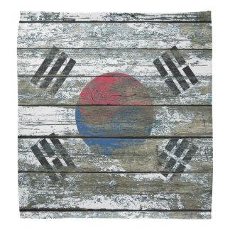La bandera surcoreana en la madera áspera sube a