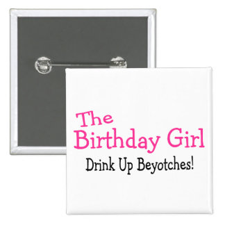La bebida del chica del cumpleaños encima de Beyot Pin Cuadrada 5 Cm