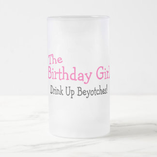 La bebida del chica del cumpleaños encima de Beyot Tazas