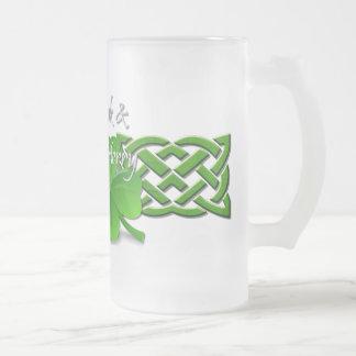 La bebida y sea feliz día del St Patricks del Taza Cristal Mate