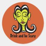 La bebida y sea pegatinas asustadizos pegatina redonda