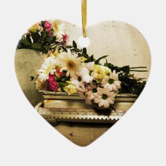 La belleza de flores adorno navideño de cerámica en forma de corazón
