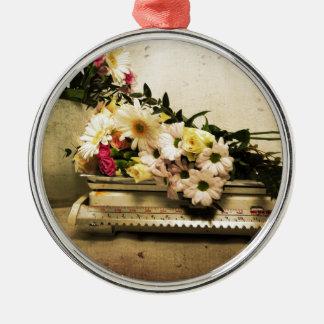 La belleza de flores adorno navideño redondo de metal