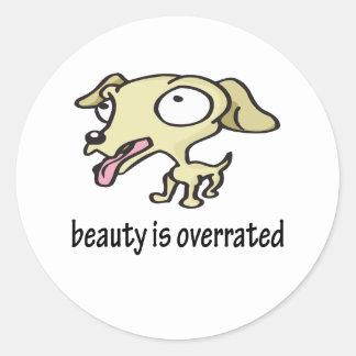 La belleza es perro lindo sobrestimado etiqueta redonda