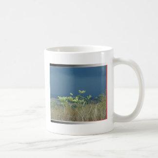 La belleza natural imprimió la camisa, la taza, el taza de café