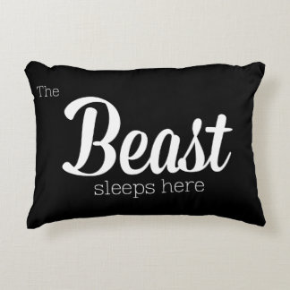 La bestia duerme aquí cojín decorativo