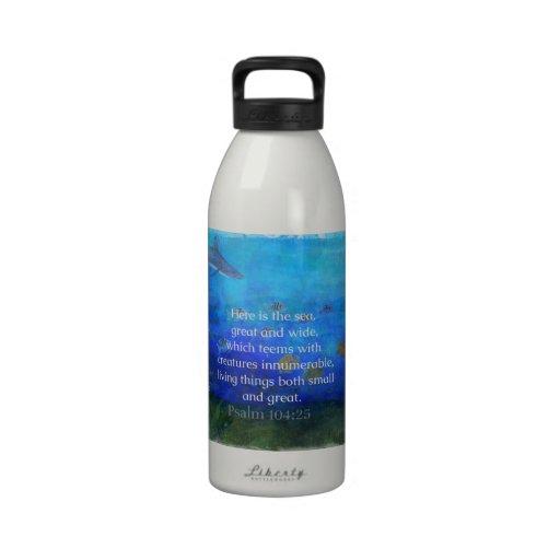 La biblia temática de la naturaleza versifica sobr botella de agua