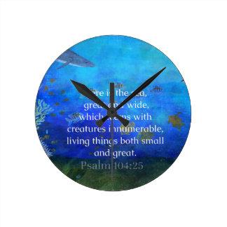 La biblia temática de la naturaleza versifica sobr reloj de pared