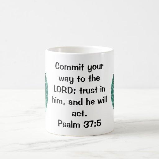 La biblia versifica 37:5 de motivación del salmo d taza de café