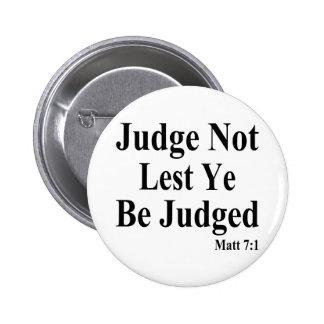 La biblia y juicio de otros pin redondo de 2 pulgadas