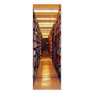 La biblioteca apila la señal plantilla de tarjeta de negocio