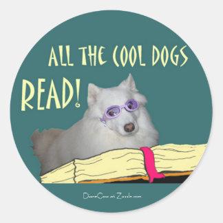 La biblioteca - samoyedo - los perros frescos leyó pegatina redonda