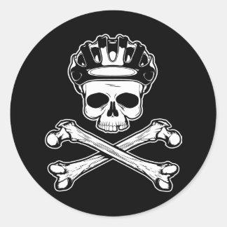 La bici o muere - bici y bandera pirata pegatina redonda