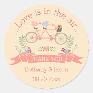 La bicicleta, los pájaros y el boda en tándem de pegatina redonda