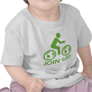 La bicicleta recicla verde se une a camiseta