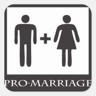 La boda está solamente entre un hombre y una mujer pegatina cuadrada