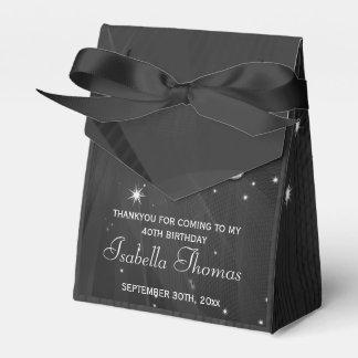 La bola de discoteca y los talones negros y de pla paquete de regalo para fiestas