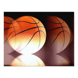 La bola del baloncesto invita anuncio personalizado