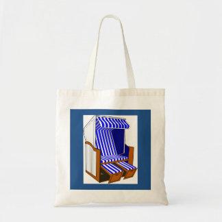 La bolsa de asas azul y blanca de la silla de