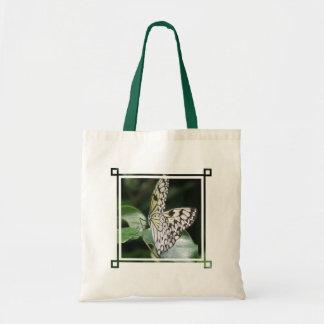 La bolsa de asas blanca y negra de la mariposa