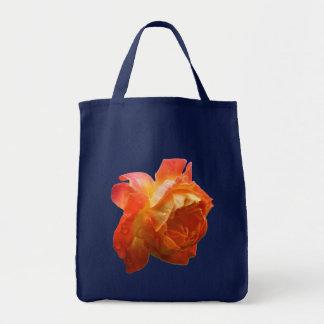 La bolsa de asas color de rosa anaranjada de la fo