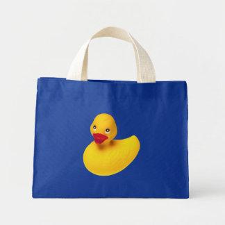 La bolsa de asas de goma amarilla del pato