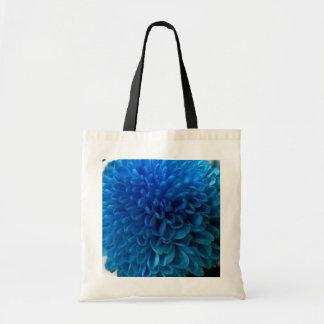 La bolsa de asas de la macro de la flor del azul d