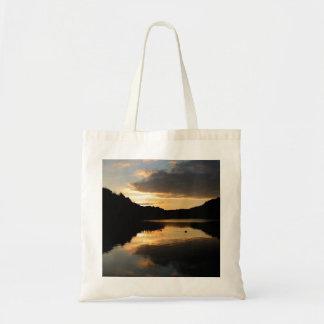 La bolsa de asas de la puesta del sol de la orilla