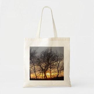 La bolsa de asas de la puesta del sol del invierno