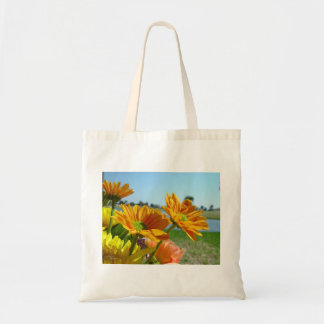 La bolsa de asas de las margaritas anaranjadas