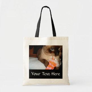 La bolsa de asas gruñona del gato siamés