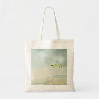 la bolsa de asas linda del pájaro del día nublado