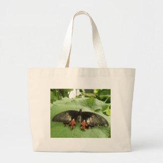 La bolsa de asas negra bonita de la mariposa del
