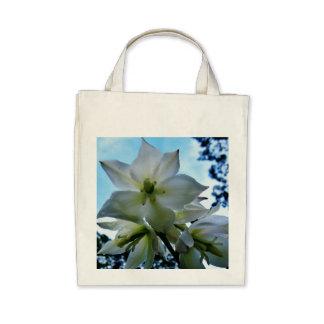 La bolsa de asas orgánica del flor de la yuca