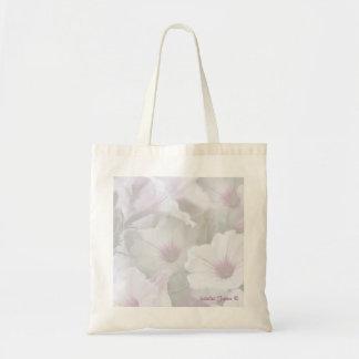 La bolsa de asas suavemente blanca y rosada de las