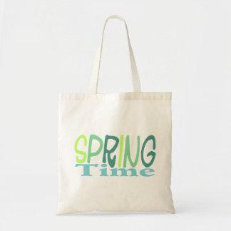 La bolsa de asas verde del tiempo de primavera
