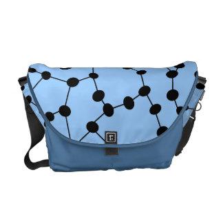 La bolsa de mensajero adaptable con el modelo del  bolsas de mensajería