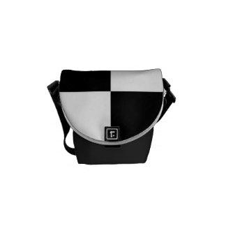 La bolsa de mensajero ajustada blanco y negro bolsas de mensajeria