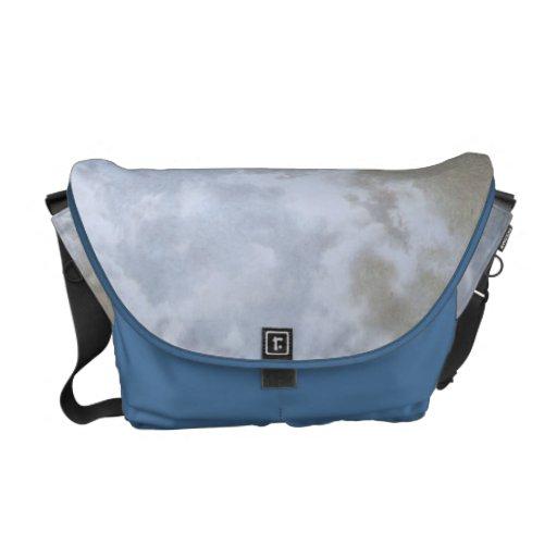 La bolsa de mensajero azul claro del modelo de los bolsa messenger