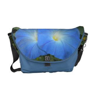 La bolsa de mensajero azul del carrito de las corr bolsas de mensajería