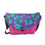 La bolsa de mensajero azul y rosada del carrito de bolsas de mensajeria